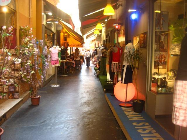 Rua do centro antigo de Nice