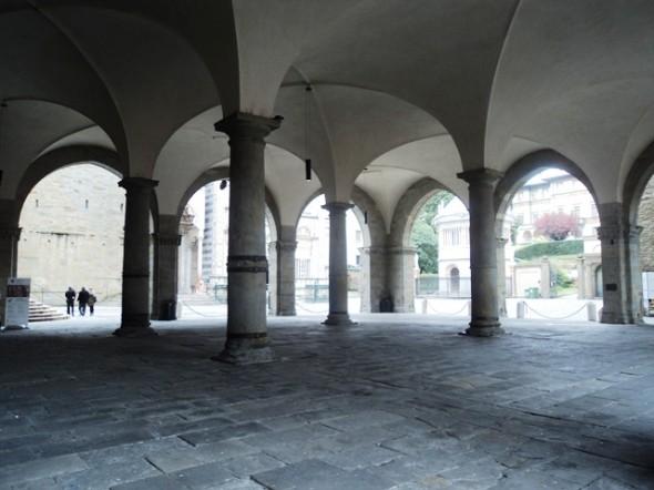 Entre os arcos do Palazzo della Ragione