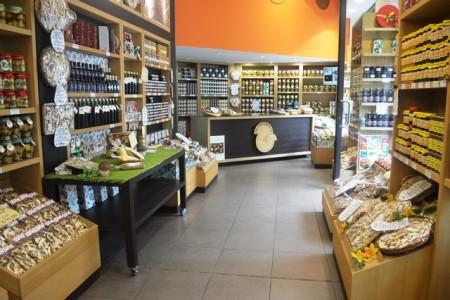 Interno da loja de trufas frescas em Milão
