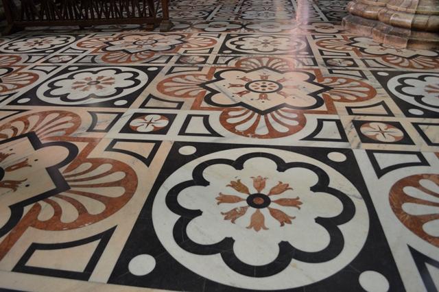 Piso do esplêndido Duomo de Milão