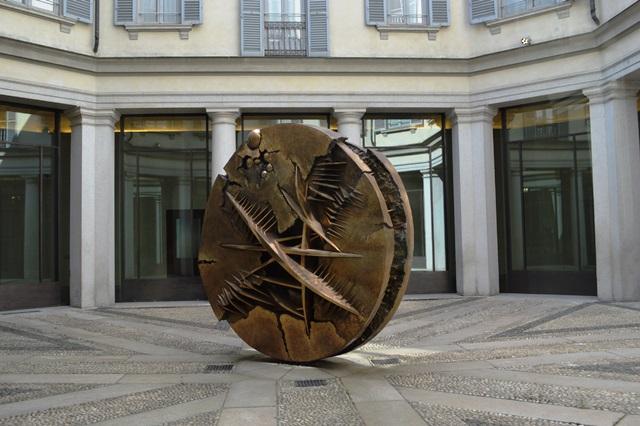 Escultura de Arnaldo Pomodoro