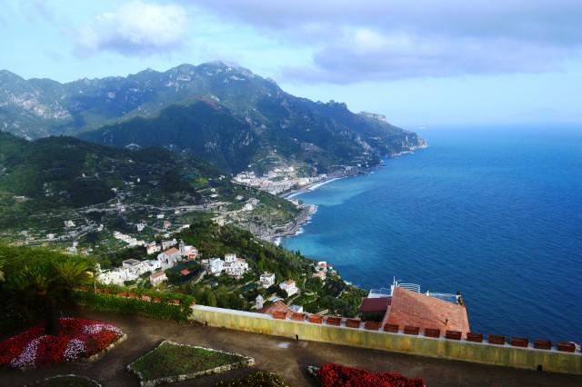 Vista do mar azul da Costa de Salerno